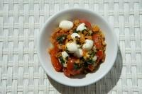 סלט עגבניות שרי חרוכות , גבינת מוצרלה, בצל אדום ופירורי ביסלי