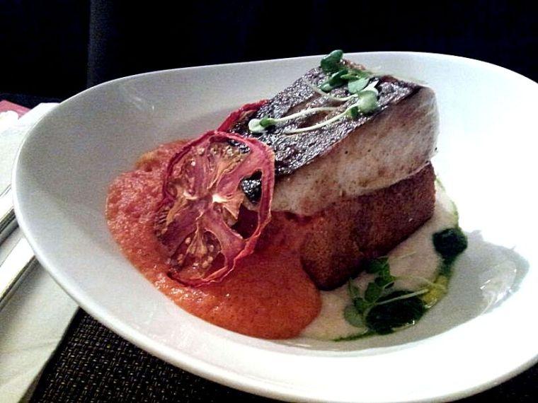 """וגם נתח של דג קוד חם, מוגש עם קציפת עגבניה, מחית (""""קרם"""") שעועית לבנה עם עשבי תיבול והכל מונח על לחם-תירס נחמד. הקציפה האדומה והקרם הלבן היוו  את הצד הקליל ללחם התירס, הטוב. והדג? טעים מאד."""